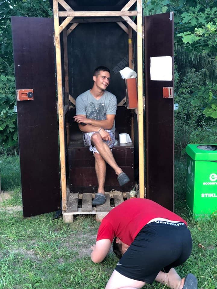 Gervinių stovykla. Ąžuolų pamaina. Prezentuoja bi(j) tualetą