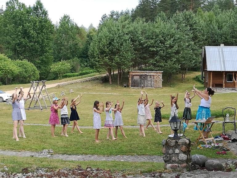 Gervinių stovykla. Mergaičių pamaina. 2018. Hula pamoka