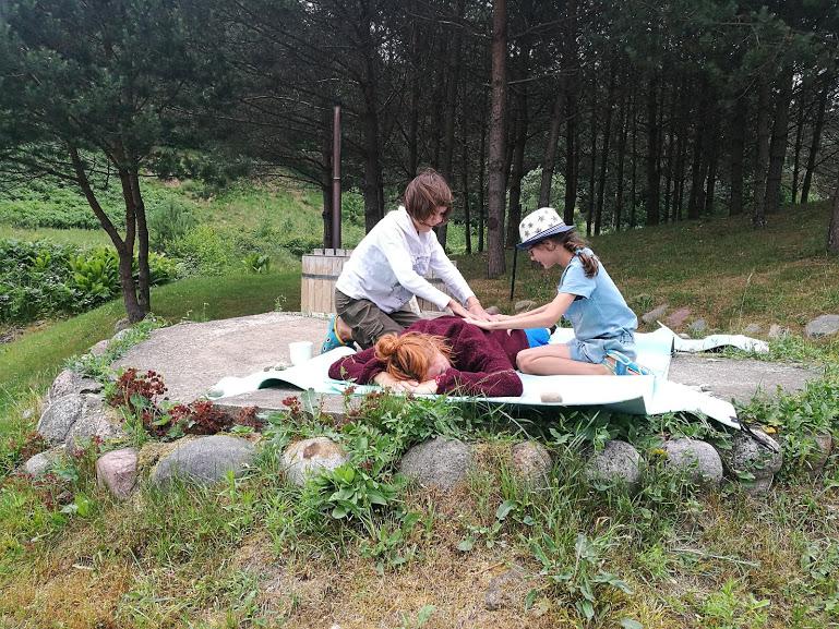 Gervinių stovykla. Mergaičių pamaina. 2018. Masažiukas vadovei Gintarei