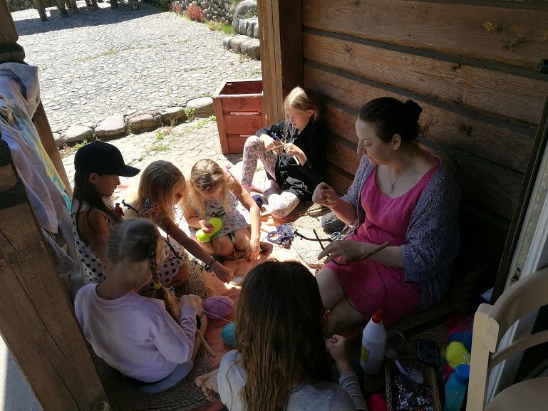 Gervinių stovykla. Mergaičių pamaina. 2018. Rankdarbių dirbtuvės