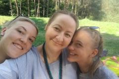 Gervinių stovykla. 2018. Žiedų/Amatų pamaina. Trys mielosios prie ežero