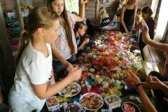 Gervinių stovykla. 2018. Žiedų/Amatų pamaina. Organza gėlių dirbtuvės